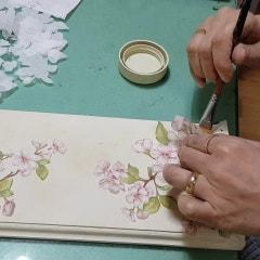 [냅킨아트, 목공키트diy, 소담아트]키친홀더에 벚꽃 냅킨으로 작업하는 우리 강사님!! 이사하는 분께 선물하신다네요.봄이왔어요,집들이선물,마음을잇다화성공방,자유학기제,동아리,복지관,센터