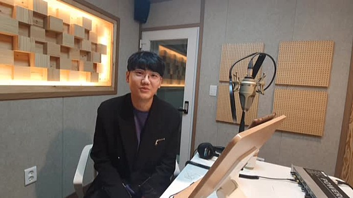 안녕하세요, 성우 김현욱입니다.