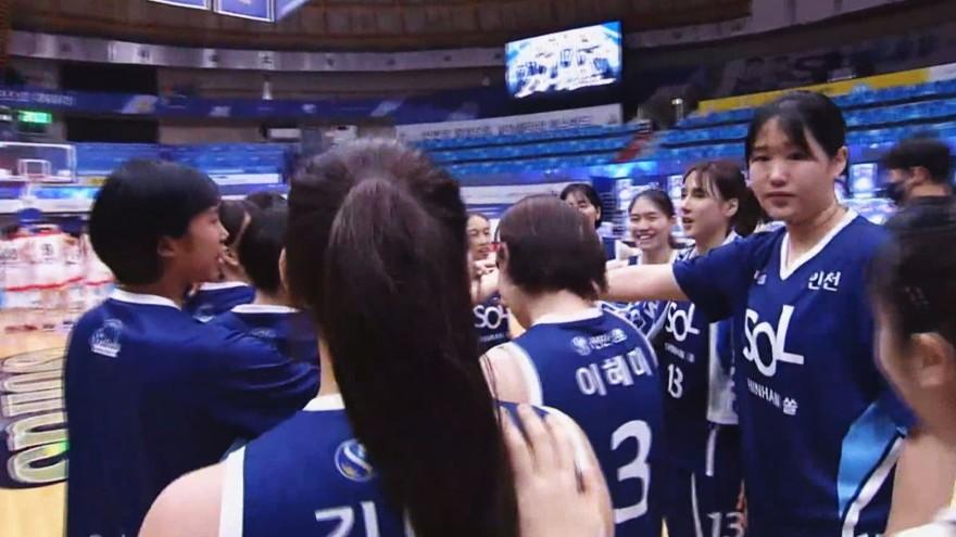 선발 전원 두 자릿수 득점' 신한은행, BNK 썸 꺾고 5할 승률 달성