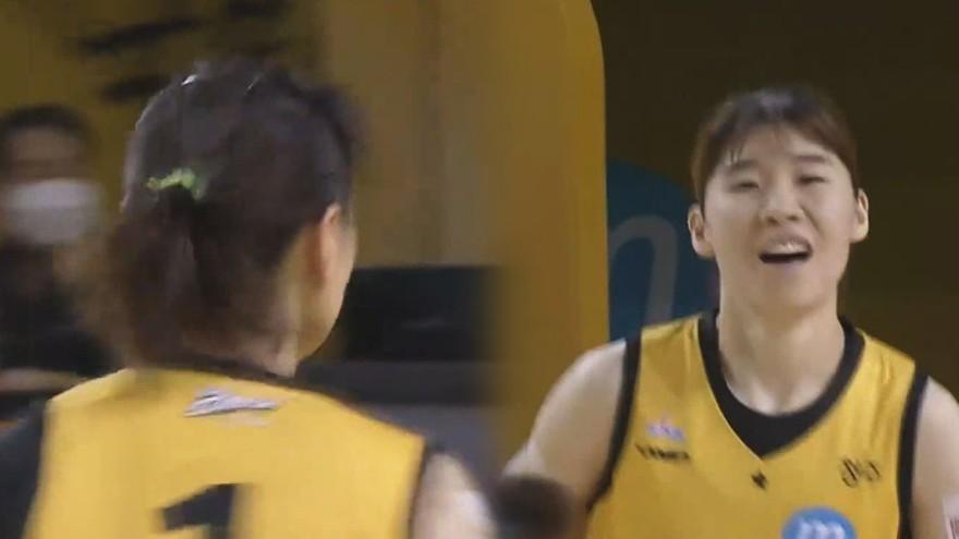 승리는 우리의 것' 염윤아-김민정의 연속 득점으로 쐐기를 박는 KB스타즈